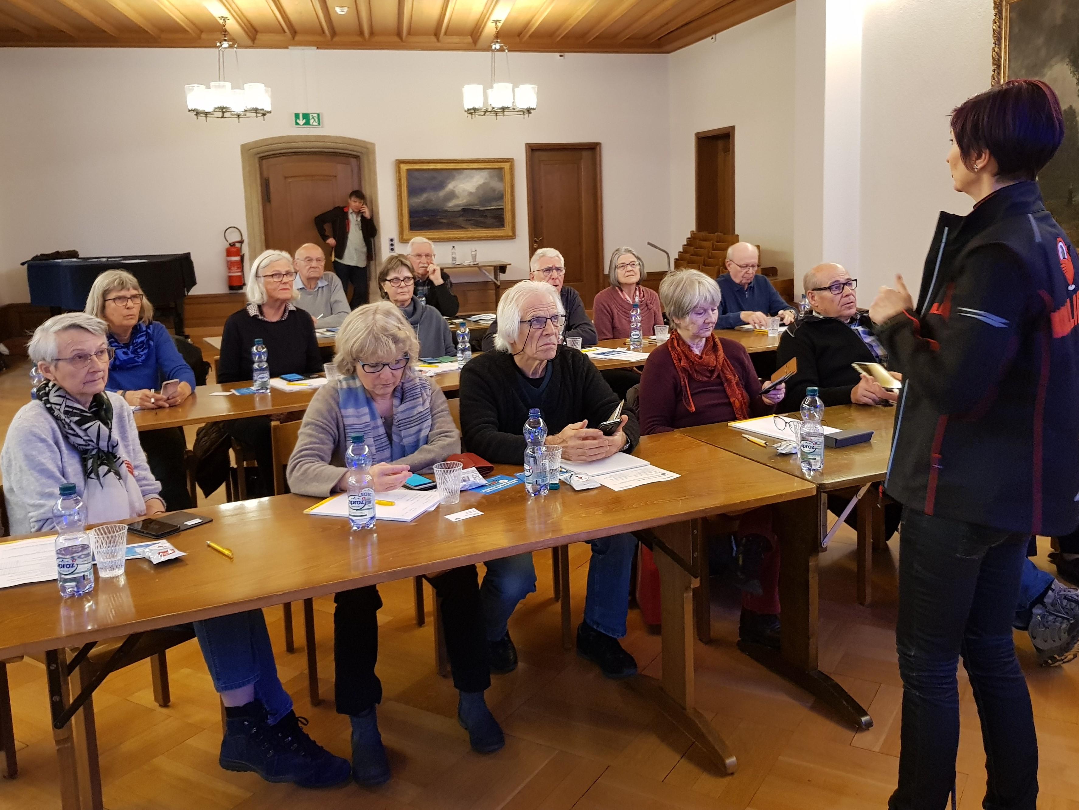 Interessierte Seniorinnen und Senioren an der Kollibri-App Schulung